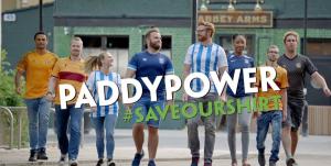 Paddy Power, Männer und Frauen in Fußball Trikots