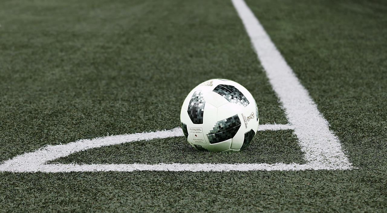 Fussball liegt in Feldecke
