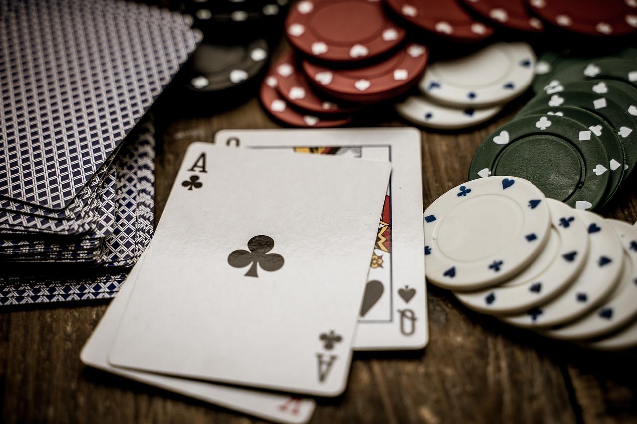 Karten und Chips auf Tisch Nahaufnahme
