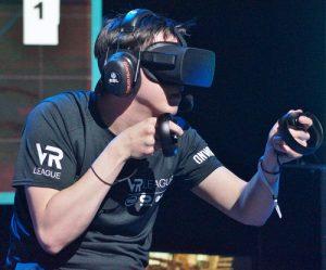 Mann benutzt Oculus Rift VR Equipment