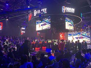 Besucher bei eiinem NBA 2K Liga-Spiel