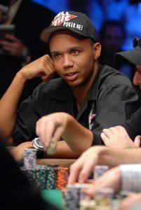 Phil Ivey am Pokertisch sitzend