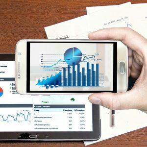 Handy und Tablet mit Umsatzstatistiken