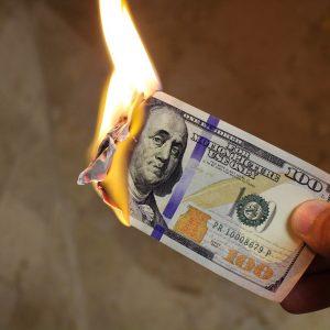 Ein brennender Geldschein