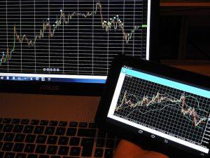 Ein Börsen-Chart auf PC und Tablet