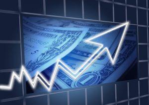 Ein aufsteigender Pfeil und Dollar-Scheine