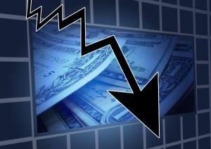 Dollar-Scheine und ein Pfeil nach unten
