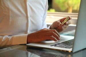 Person zahlt mit Kreditkarte Online