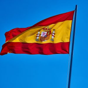 Spanische Flagge, blauber Himmel