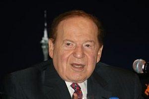 Sheldon Adelson an einem Podium
