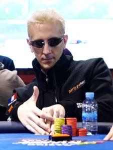 ElkY an einem Pokertisch