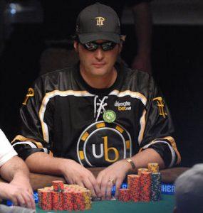 Phil Hellmuth an einem Pokertisch