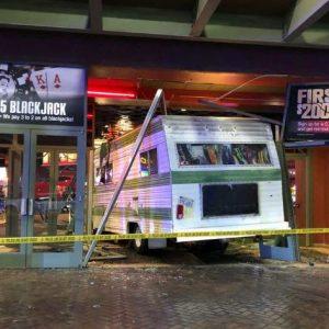 Wohnmobil kracht in Casinofront