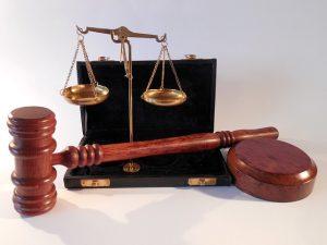 Gerichtshammer und Waage
