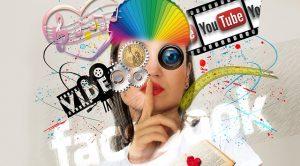 Eine Person nebst Social-Media-Marken