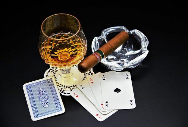 Karten, Whiskey und Zigarre