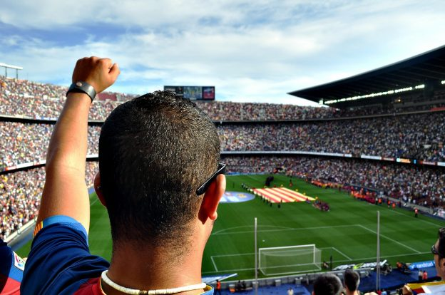 Ein Mann jubel in einem Stadion