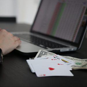 Online Glücksspiel, Online Casino, Spielkarten, Computer