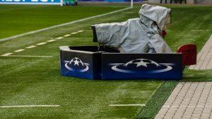 Eine Kamera vor dem UEFA Logo