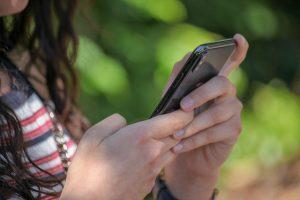 Nahaufnahme Mädchen mit Smartphone