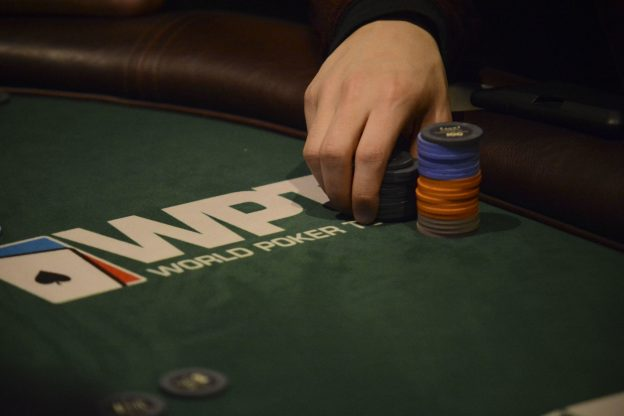 WPT Logo auf einem Pokertisch