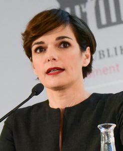 Pamela Rendi-Wagner auf einem Podium