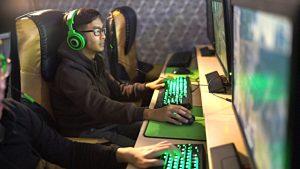 Asiatische Gamer vor Computer