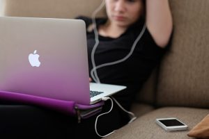 Ein Mädchen vor ihrem Computer