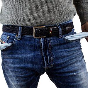 Ein Mann mit leeren Jeanstaschen