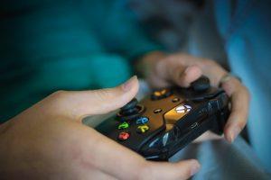 Eine Frau mit einem Xbox-Controller