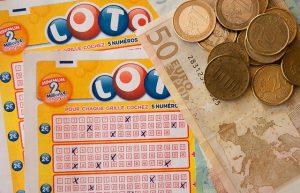 Geldscheine und Lottoscheine