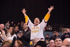 Ein feiernder Eishockey-Fan