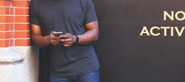 Ein Mann mit einem Handy in der Hand