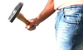 Mann mit Hammer in der Hand