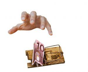 Hand greift nach Geld in Geldbörse