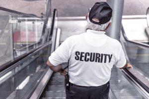 Security auf einer Rolltreppe