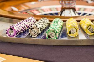 Spielchips an einem Roulettetisch