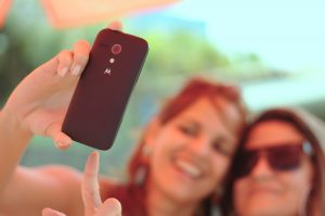 Selfie, zwei Frauen, Smartphone