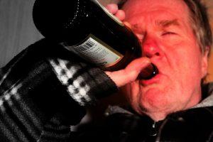 Mann trinkt Alkohol aus Flasche