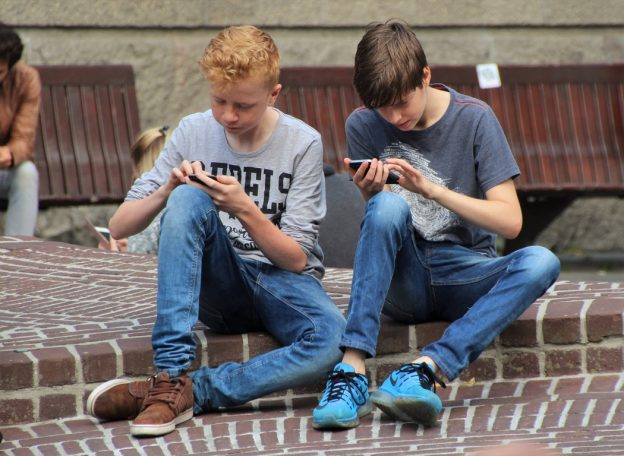 Jungen mit Smartphones