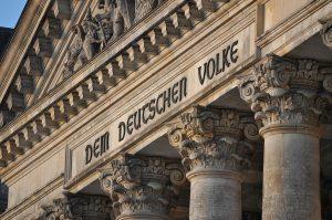 Schriftzug am Deutschen Bundestag