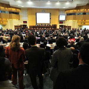 Ein Konferenzraum mit Menschen