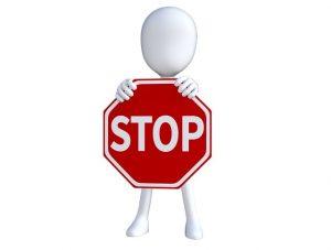 Figur hält Stop Schild