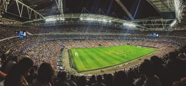 Ein Fußballstadion am Abend