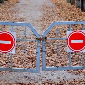 Ein Tor mit Stop-Zeichen