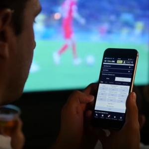 Spieler, Fußballspiel, Smartphone, Sportwetten