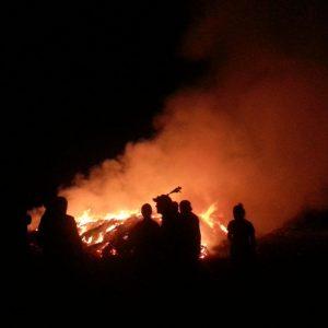 Silhouetten von Feuerwehrleuten vor Brand