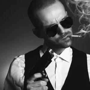 Gangster mit Pistole und Zigarette