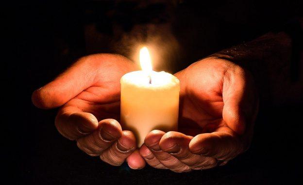 Kerze in einer Hand