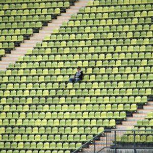 Ein Mann in einem Stadion